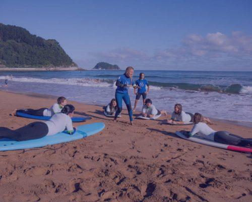 Emakumea-Surflari-zarautz-surf-iniciacion